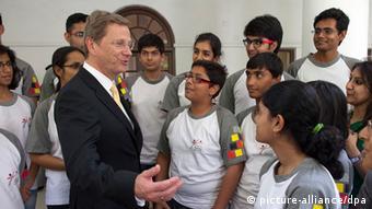 Bundesaußenminister Guido Westerwelle unterhält sich in Neu Delhi mit indischen Schülern des PASCH-Austauschprogramms (Foto: picture-alliance/dpa)