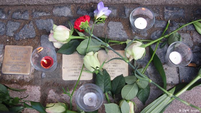 Stolpersteine mit Blumen vor der Thomasiusstraße 23. Foto: Ronny Arnold