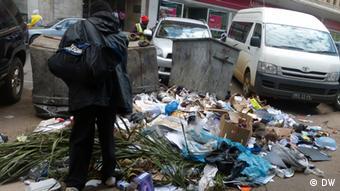 Falta de sanitários faz pessoas urinarem nas ruas