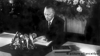 23.5.1949. kancelar Konrad Adenauer potpisao je Ustav Savezne Republike Njemačke