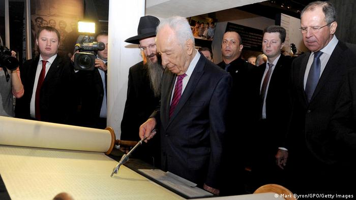Israeli President Shimon Peres visits the Russian Jewish Museum and Tolerance Center on November 08, 2012 in Moscow, Russia. (Photo by Mark Byron/GPO via Getty Images)