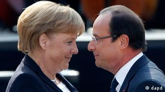 German Chancellor Angela Merkel, left, and French President Francois Hollande (Foto:Michael Probst/AP/dapd)
