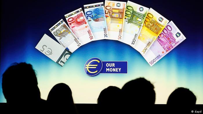 Зрители смотрят на киноэкране презентацию евробанкнот