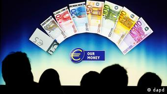 Journalists watch a video about the upcoming new Euro bank notes during a news conference in Frankfurt, Germany, Thursday, Nov. 8, 2012, following a meeting of the ECB governing council. The new bank notes will be handed out in 2013. (Foto:Michael Probst/AP/dapd)