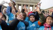 Deutschland Berlin Brandenburger Tor 18 Jahre UN-Kinderrechtskonvention