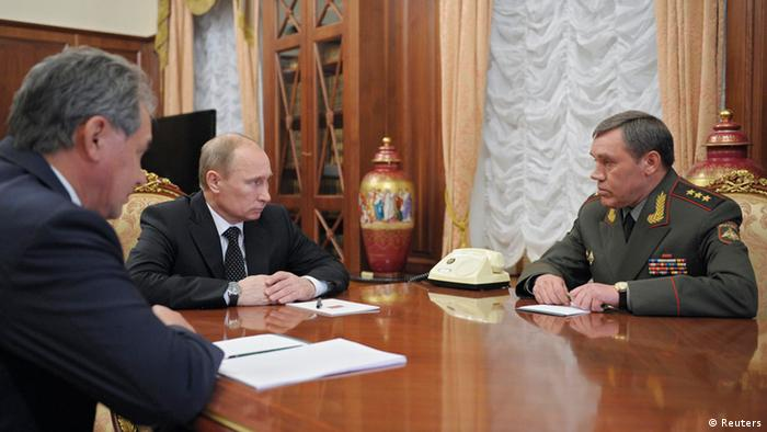 Russian President Vladimir Putin (C) speaks with newly appointed armed forces Chief-of-Staff Valery Gerasimov (R) and Defence Minister Sergei Shoigu during their meeting in Moscow's Kremlin November 9, 2012. REUTERS/Alexsey Druginyn/RIA Novosti/Pool (RUSSIA - Tags: MILITARY POLITICS) THIS IMAGE HAS BEEN SUPPLIED BY A THIRD PARTY. IT IS DISTRIBUTED, EXACTLY AS RECEIVED BY REUTERS, AS A SERVICE TO CLIENTS