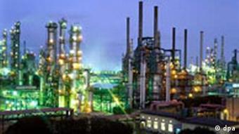 China Erdöl Das Werksgelände der Sinopec Zhenhai Refining & Chemical Company Limited in Ningbo in der Provinz Zhejiang bei Nacht.