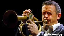 ARCHIV - Till Brönner spielt am 15.03.2011 in Frankfurt am Main auf seiner Trompete. Session zum Jubiläum: Mit einem Konzert feiert die Musikhochschule Dresden an diesem Samstag den 50. Geburtstag ihrer Abteilung Jazz/Rock/Pop. Auch die Professoren, wie u.a. Brönner greifen zu den Instrumenten. Foto: Arne Dedert/dpa (zu Korr.-Bericht «Dr. Jazz: Ältestes Jazzstudium in Deutschland feiert Geburtstag» vom 09.11.2012) +++(c) dpa - Bildfunk+++