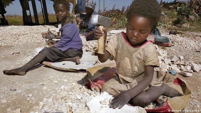 Zwei kleine Kinder klopfen mit Hammern auf Steine familieneigenen Schotterbetrieb in einem Außenbezirk von Lusaka Steine. Anna arbeitet seit ihrem ersten Lebensjahr und hat noch nie eine Schule besucht. Schlagworte steine , klopfen , Hammer , .Arbeit , .Kinderarbeit , .Kinder , .Gesellschaft , .Nationalitäten , zertrümmern
