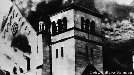Burning synagogue on Kristallnacht (picture alliance/akg-images)