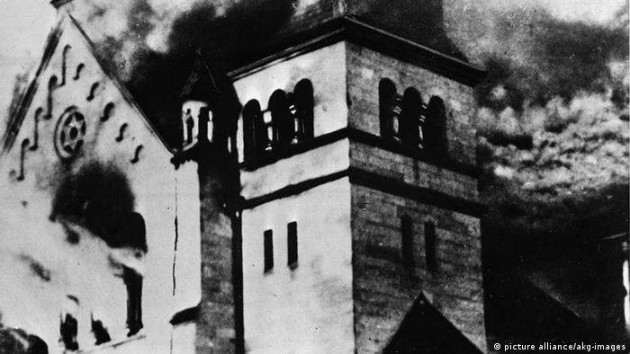 9-1938-11-9-A1-1 (145419) Reichskristallnacht, Brenn.Synagoge 'Reichskristallnacht', Nacht vom 9. zum 10. November 1938 (Zerstörung jüd.Friedhöfe, Synagogen, Wohn- und Geschäftshäuser durch NS- Trupps). - Brennende Synagoge. - Foto, o.O. E: Reichskristallnacht, burning synagogue. Germany: National Socialism / Anti- Semitism. 'Reichskristallnacht' (Night of Broken Glass), 9-10 November 1938 (Destruction of Jewish cemeteries, synagogues, houses by NS units. - Burning synagogue. - Photo, no place given, 9/10.11.1938. F: La Nuit de cristal, Synagogue en feu 'La Nuit de cristal', nuit du 9 au 10 novembre 1938 (Destruction des cimetières, synagogues, maisons et magasins juifs par les troupes nazies). - Une synagogue en feu. - Photo.