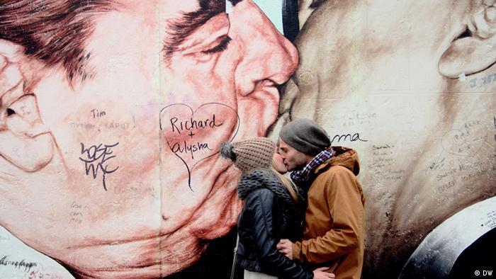 Парочка целуется на фоне ''Братского поцелуя''