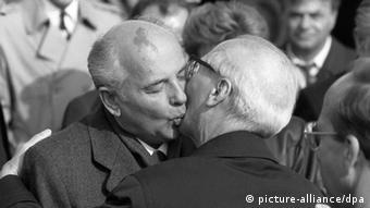 Дубль второй: братский поцелуй Хонеккера с Горбачевым