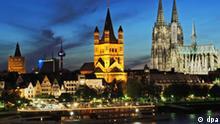 Das Kölner Rheinufer bei Nacht mit dem Rathausturm (l-r), dem WDR, dem Fernsehturm, der Kirche Groß St. Martin und dem Dom (Foto vom 12.05.2005). In der Auseinandersetzung über den Erhalt des Welterbe-Titels für den Kölner Dom hat die Stadt Köln nach Angaben der UNESCO Entgegenkommen gezeigt. «Auf der jüngsten Sitzung in Wien hat man etwas über Planungen gehört, die von dem abweichen, was man bislang aus Köln gehört hat. Es soll neue Ausschreibungen geben, was Teile der Hochhausplanung auf der rechten Rheinseite betrifft», sagte der Sprecher der deutschen Kommission der UN-Kulturorganisation, Dieter Offenhäußer, in einem dpa-Gespräch am Mittwoch in Köln. Foto: Oliver Berg dpa/lnw +++(c) dpa - Bildfunk+++
