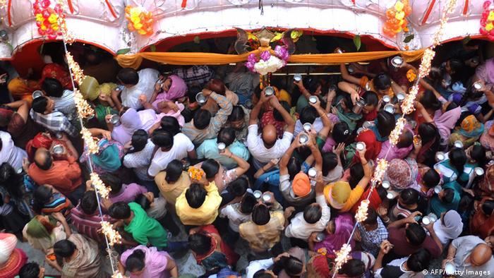 Viele Menschen auf engem Raum in Indien (AFP/Getty Images)