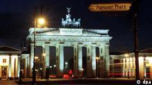 Im abendlichen Lichterschein - das Brandenburger Tor am Pariser Platz. +++(c) dpa - Report+++, Im abendlichen Lichterschein - das Brandenburger Tor am Pariser Platz. +++(c) dpa - Report+++