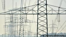 ARCHIV - Überland-Stromleitungen stehen am 31.10.2011 nahe dem nordhessischen Hofgeismar. Der Vorsitzende der Geschäftsführung der Deutschen Energie-Agentur (dena), Kohler, fordert Einschränkungen beim Solar- und Windenergieausbau. Foto: Uwe Zucchi dpa (zu dpa-Gespräch vom 15.01.2012) +++(c) dpa - Bildfunk+++