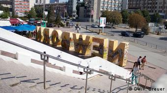Das Denkmal Newborn im Zentrum von Prishtina (Copyright: DW/R. Breuer)
