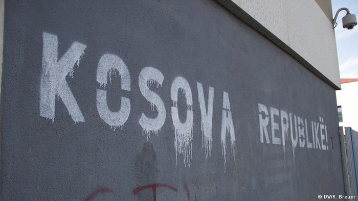 Schriftzug Republik Kosova: der junge Staat hat im Februar 2008 seine Unabhängigkeit von Serbien erklärt. An vielen öffentlichen Gebäuden/Wänden ist der Schriftzug Kosova Republike zu lesen; Copyright: DW/R. Breuer