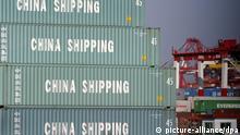 ARCHIV - Container stapeln sich auf dem Gelände der Shanghai Pudong International Container Terminal LTD auf einem der größten Conatinerhafen der Welt in Shanghai (Archivfoto vom 09.10.2003). China kritisiert die «Schuldensucht» der USA, müsste sich aber eigentlich an die eigene Nase packen. Denn auf eine ähnlich ungesunde Weise ist China selbst abhängig von seinen exzessiven Exporten in die USA. Das riesige Handelsungleichgewicht zwischen den beiden größten Volkswirtschaften zählt schon lange zu den ungelösten Problemen der Weltwirtschaft. EPA/QILAI SHEN (zu dpa 0314) +++(c) dpa - Bildfunk+++