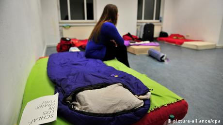 A student's bed in an improvised bed room Foto: Marc Tirl dpa/lhe