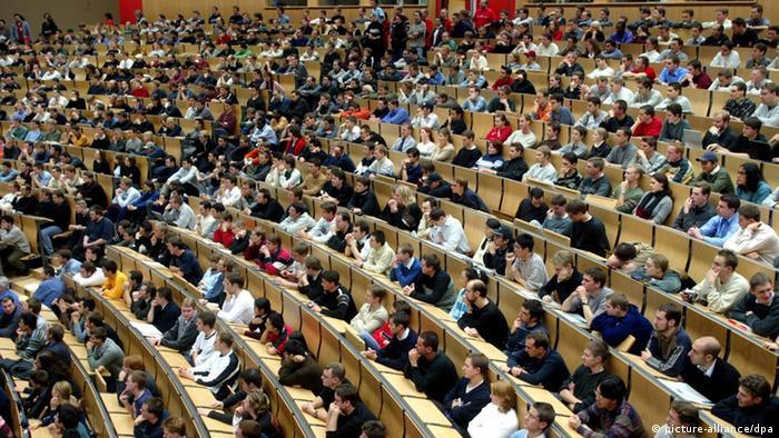 ARCHIV - Ein überfüllter Hörsaal an der Karlsruher Universität (Archivfoto vom 06.11.2002). Die Hochschulen im Südwesten entdecken zunehmend ihr unternehmerisches Potenzial. Gründerzentren der Unis unterstützen allerorten Studenten und Absolventen bei den ersten Schritten zum eigenen Unternehmen. Foto: Uli Deck dpa ( Zu lsw-Thema des Tages Gründerfieber an den Unis vom 04.05.2012) +++(c) dpa - Bildfunk+++