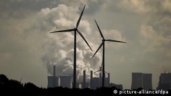 Windmills stand in front of power plants Foto: Oliver Berg