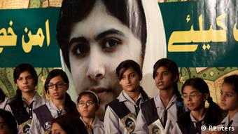 Pakistani students and teachers hold posters of 15-year-old Malala Yousufzai while they take part in a demonstration in Karachi, Pakistan on Saturday, Nov. 10, 2012. Hundreds of Pakistani students and human right activists are observing a day of appreciation for a 15-year-old Pakistani girl who is being treated in Britain after being shot by Taliban.(Foto:Faree Khan/AP/dapd)