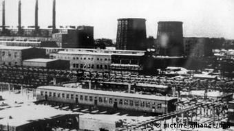 Das undatierte Archivbild zeigt das Konzentrationslager der IG-Farben in Auschwitz-Monowitz, in dem mindestens 30 000 Zwangsarbeiter getötet worden sind. Die IG-Farben-Gesellschaft Degesch produzierte hier das berüchtigte Gift Zyklon-B für die Vernichtungs-Gaskammern. (Foto: dpa)
