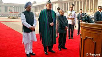(From L to R) Indian Prime Minister Manmohan Singh, Afghanistan's President Hamid Karzai and Indian President Pranab Mukherjee in New Delhi November 12, 2012. REUTERS/B Mathur