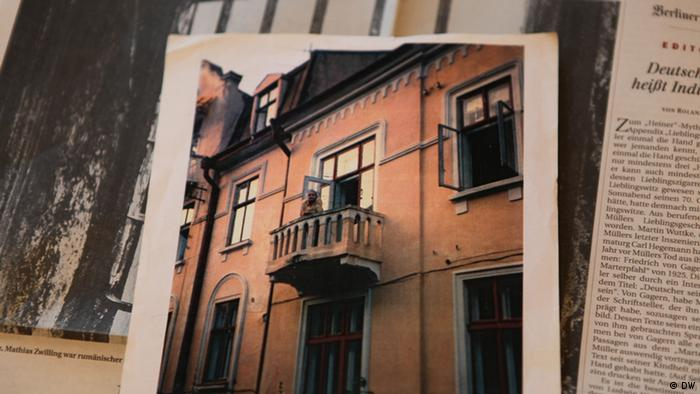 Ein Foto zeigt Rosa Zuckermann auf dem Balkon (Foto: DW/Birgit Görtz)