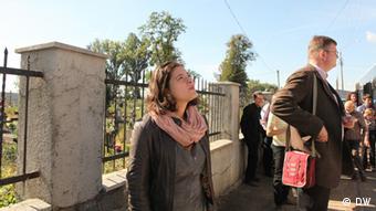 Reisegruppe mit Nora Gomringer am jüdischen Friedhof in Czernowitz(Foto: DW/Birgit Görtz)