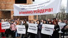 Mitarbeiter des Mineralwasserkonzerns IDS protestieren in Morschyn, Ukraine, 12.11.2012 gegen die feindliche Übernahme der Werke per Gerichtsbeschluss. Die wurden uns von der Presse-Stelle des ukrainischen Mineralwasserproduzenten IDS zur Verfügung gestellt. Als Copyright soll dann IDS genannt werden. via Zakhar Butyrskyi, Ukrainische Redaktion