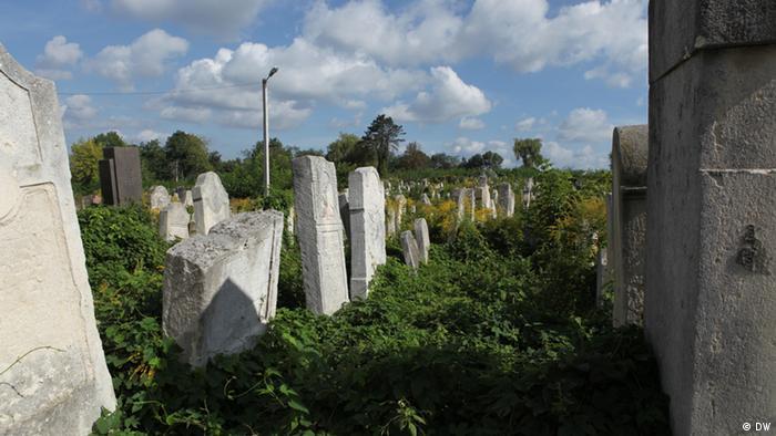 Gräber auf dem jüdischen Friedhof in Czernowitz (Foto: DW/Birgit Görtz)