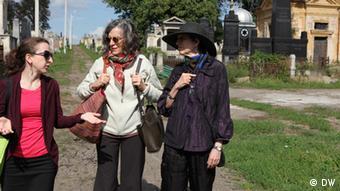 Irene und Helene Silberblatt auf dem jüdischen Friedhof in Czernowitz (Foto: DW/Birgit Görtz)