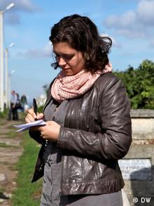 Nora Gomringer auf dem jüdischen Friedhof in Czernowitz (Foto: DW/Birgit Görtz)