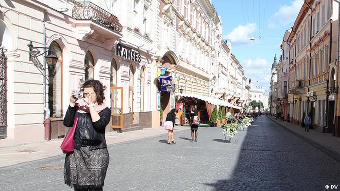 Nora Gomringer auf der Olga-Kobylanska-Straße, der früheren Herrengasse in Czernowitz (Foto: DW/Birgit Görtz)