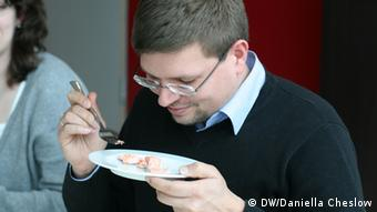 Tasting salmon at SlowFisch convention (Daniella Cheslow/DW).