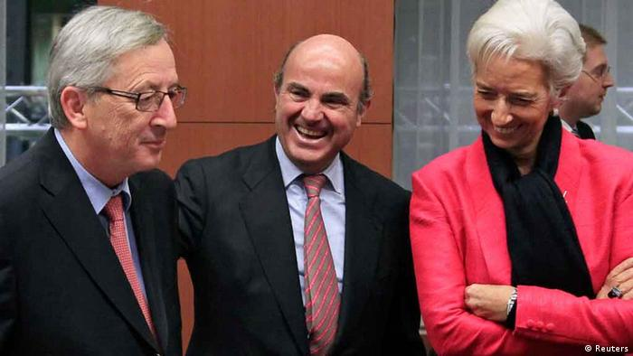 Spain's Economy Minister Luis de Guindos (C), Luxembourg's Prime Minister and Eurogroup Chairman Jean-Claude Juncker (L) and International Monetary Fund (IMF) Managing Director Christine Lagarde attend a Eurogroup meeting in Brussels November 12, 2012. Euro zone finance ministers and officials meet in Brussels on Monday to discuss the situation in Greece, but are not expected to authorize more money for Athens because there is still no agreement on how to make its debts sustainable. REUTERS/Yves Herman (BELGIUM - Tags: POLITICS BUSINESS)