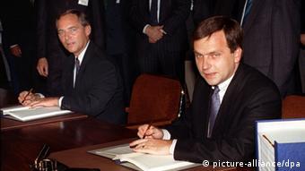 Σόιμπλε και Κράουζε συνυπογράφουν τη συνθήκη για την πρόσχώρηση της ΛΔΓ στην Ομοσπονδιακή Γερμανία το 1990