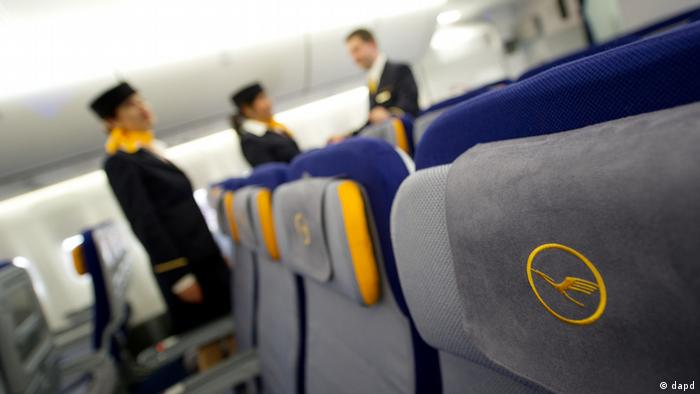 Symbolbild - Flugbegleiter Lufthansa (dapd)