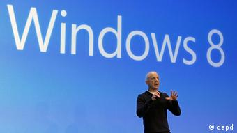 Steven Sinofsky, president of the Microsoft Windows group, delivers his presentation at the launch of Microsoft Windows 8, in New York, Thursday, Oct. 25, 2012. Windows 8 is the most dramatic overhaul of the personal computer market's dominant operating system in 17 years. (Foto:Richard Drew/AP/dapd)