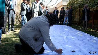 قرار است این تابلوهای مملو از امضا، به نهادهای دولتی افغانستان سپرده شوند.