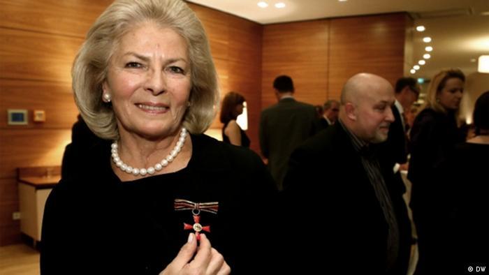 12.11.3012 in der deutschen Botschaft in Warschau Elżbieta Penderecka: So sieht der Bundesverdienstkreuz aus.