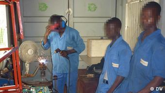 Ehemalige Kindersoldaten in der Werkstatt der Organisation MADAM. (Gesichter verfremdet). (Foto: DW)