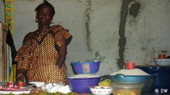 Adama Koroma, die im Bürgerkrieg in Sierra Leone ihren linken Arm verlor. (Foto: DW).