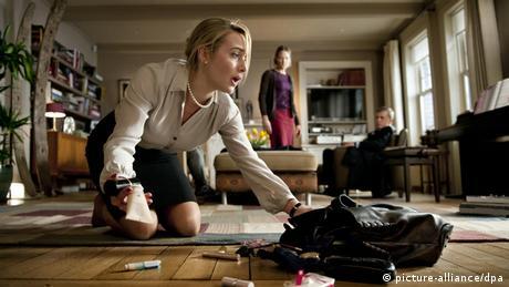 Eine Frau (Kate Winslet) sammelt in Der Gott des Gemetzels ihre aus der Handtasche gefallenen Sachen vom Boden auf. (Film: Der Gott des Gemetzels) (picture-alliance/dpa)