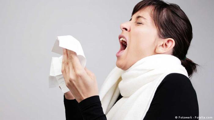 Frau niest in ein Taschentuch. (Foto: drubig-photo - Fotolia 2008)