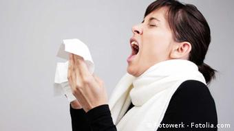 A woman using a tissue (Copyright: Fotolia 2008)