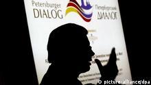 Nur als Schatten zu erkennen ist der hessische Ministerpräsident Roland Koch, der am Dienstag (26.06.2007) in Wiesbaden spricht. Junge Parlamentarier aus Deutschland und Russland trafen sich zur Vorbereitung auf den Petersburger Dialog, der im Oktober unter dem Motto Für eine gemeinsame Zukunft - eine neue Generation meldet sich zu Wort stattfinden soll. Foto: Frank May dpa/lhe +++(c) dpa - Report+++